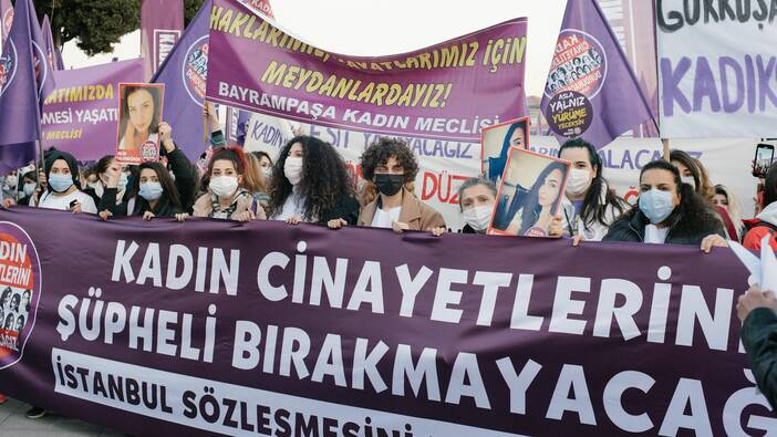 Slogans auf der Demonstration zum Internationalen Frauentag 2021 in Istanbul
